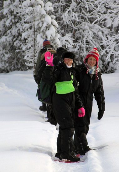 Raquette à travers la forêt hivernale de Laponie